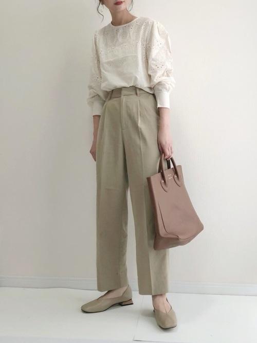 ベージュレースブラウス×パンツファッション