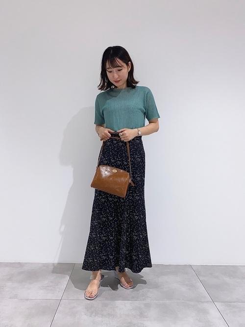 クリアサンダル×黒花柄ロングスカートの夏コーデ