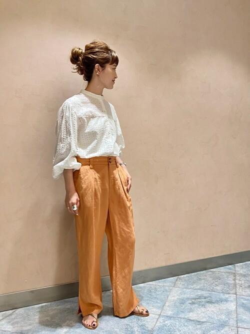 オレンジカラーパンツ×白ブラウスの秋コーデ