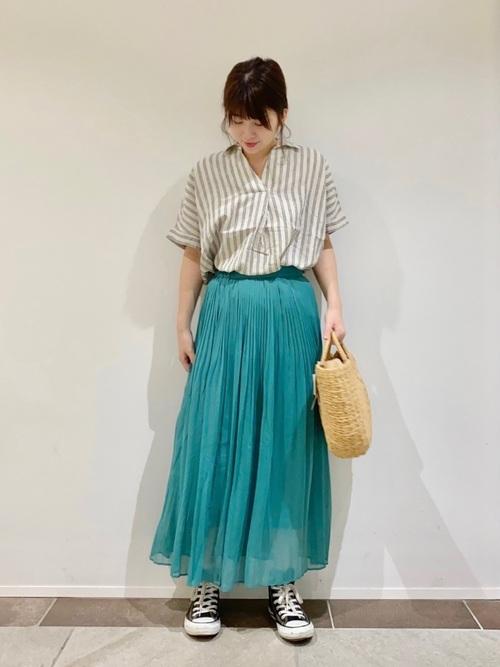 カラースカートに合わせて夏らしく