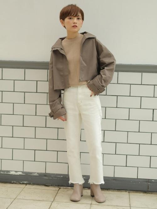 白パンツ×ショート丈トレンチコートの秋コーデ