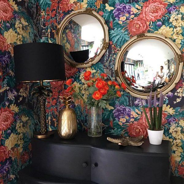 鏡のあるエレガントな空間