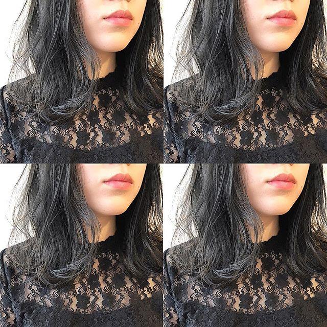 暗めのオリーブグレーの髪色