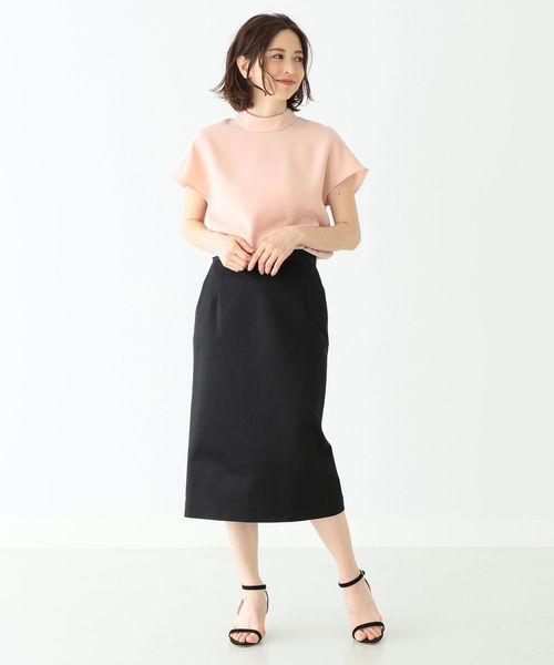 ピンクハイネックトップス×黒スカートコーデ
