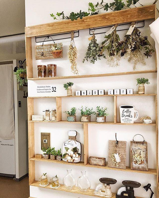 観葉植物や小物を並べて