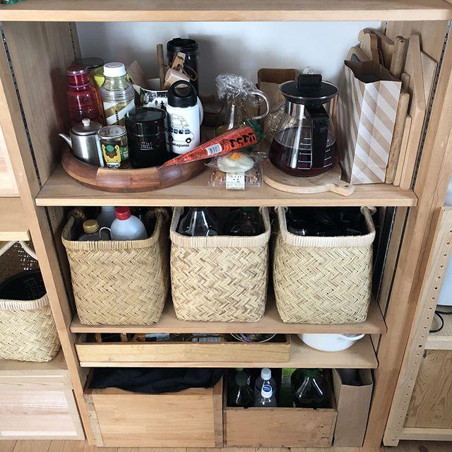 かごや木箱を使った日用品ストックの収納方法