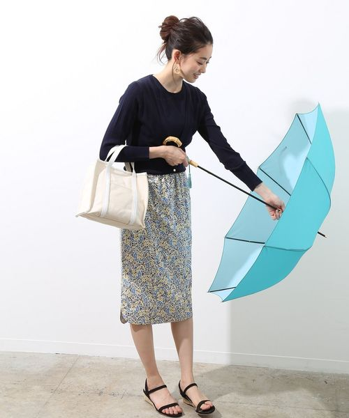 カーディガン×花柄スカートの雨の日コーデ