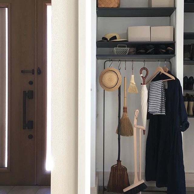 バッグや上着を玄関に収納する2