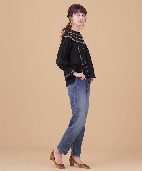 黒刺繍ブラウス×デニムパンツの秋コーデ