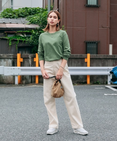 緑長袖Tシャツ+白ワイドパンツの春コーデ