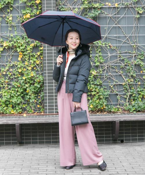 ダウン×ピンクパンツの雨の日コーデ