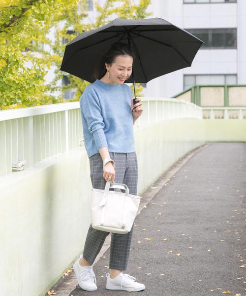 ニット×チェックパンツの雨の日コーデ