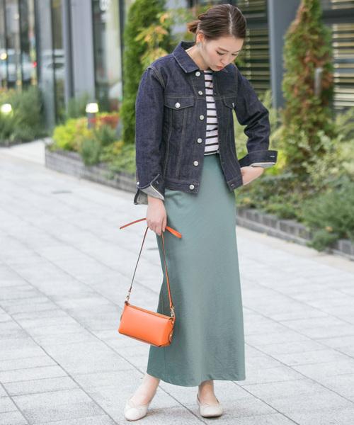 デニムジャケット×スカートの服装