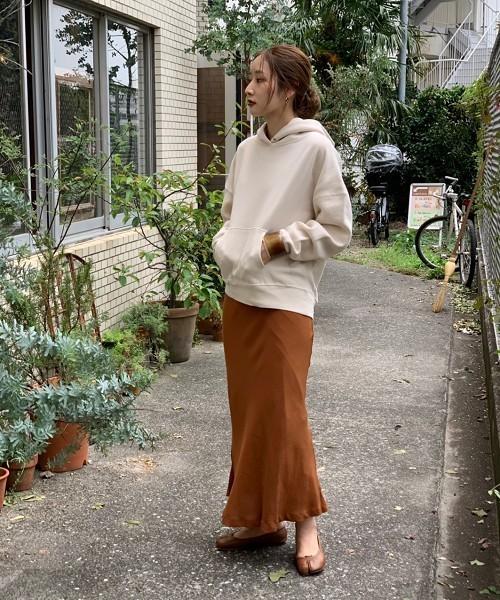 スウェットパーカー×ブラウン系スカート