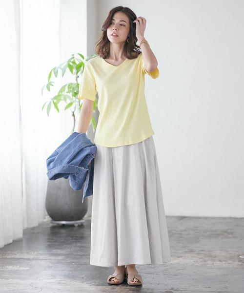 VネックTシャツ×ボリュームスカート