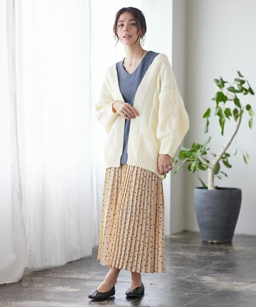 ケーブル編みニット×スカートの服装