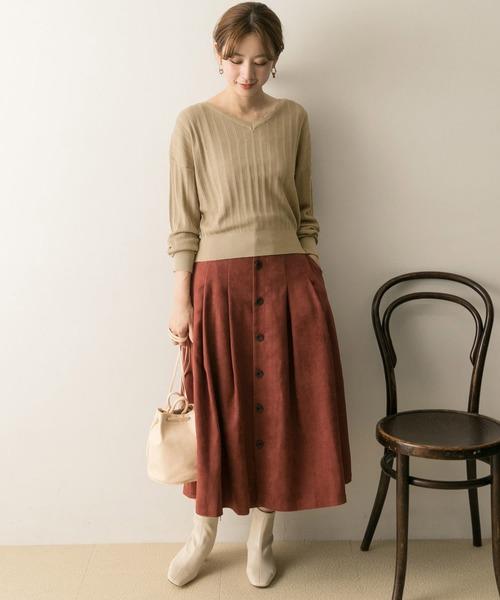 ニットプルオーバー×スカートの服装