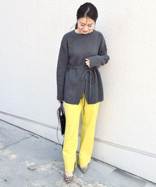 黄色カラーパンツ×グレーニットの冬コーデ