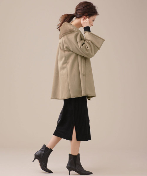 マントコート×スカートの服装