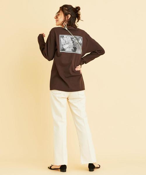 長袖Tシャツ×ホワイトパンツの秋コーデ