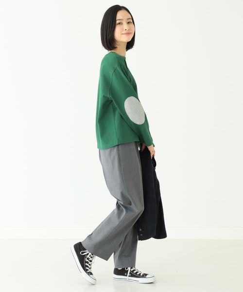 緑パッチ付きTシャツ+グレーパンツの冬コーデ