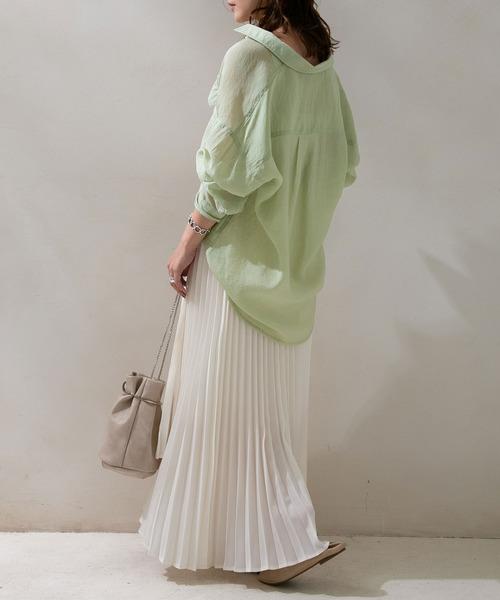 シアーシャツ×プリーツスカートの服装