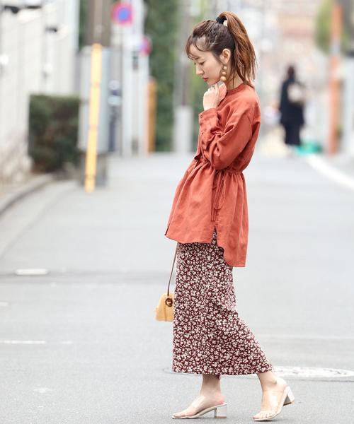 オレンジ系シャツ×プリントタイトスカート