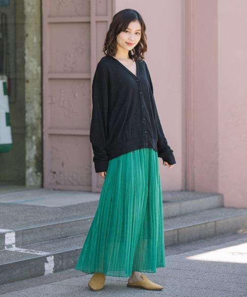 黒カーディガン×緑ロングスカートの秋コーデ