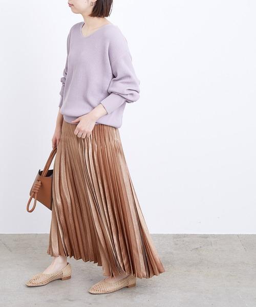あったかニット×サテンスカートの服装