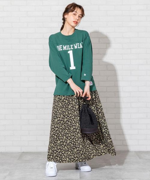 緑ロゴTシャツ+花柄ロングスカートの秋コーデ