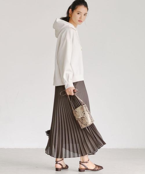 ホワイトパーカー×プリーツスカート