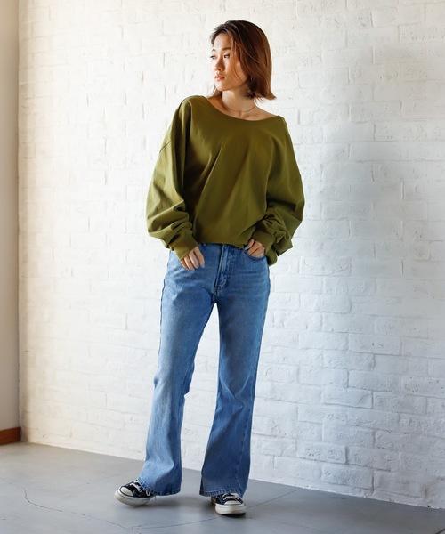 緑バックオープンTシャツ+デニムの秋コーデ
