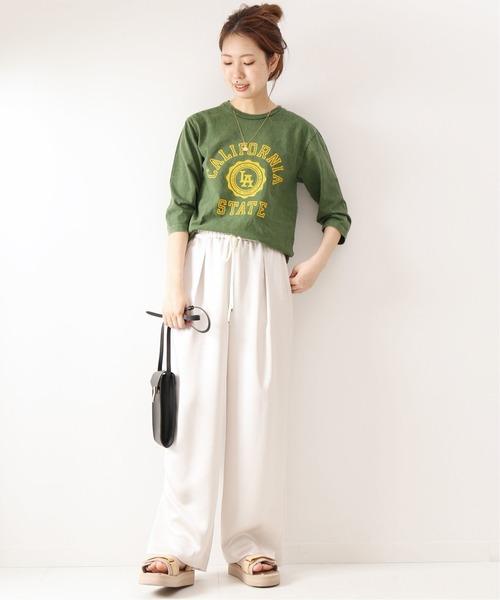 緑ロゴ入りTシャツ+イージーパンツの春コーデ