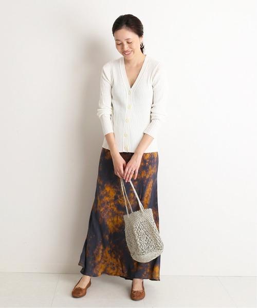 白カーディガン×茶色柄スカートの秋コーデ