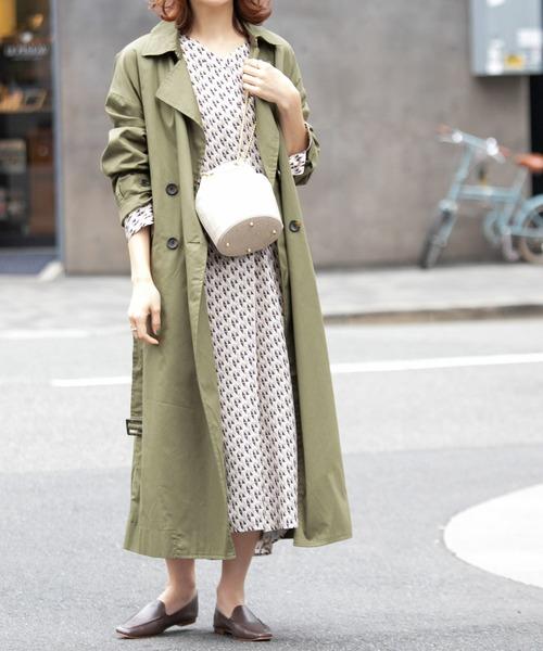 ロングコート×総柄ワンピの服装