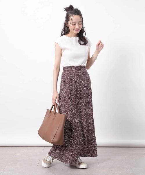 ホワイトカットソー×プリントマキシスカート