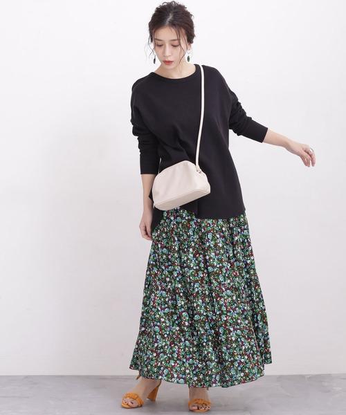 柄スカート×黒Tシャツコーデ