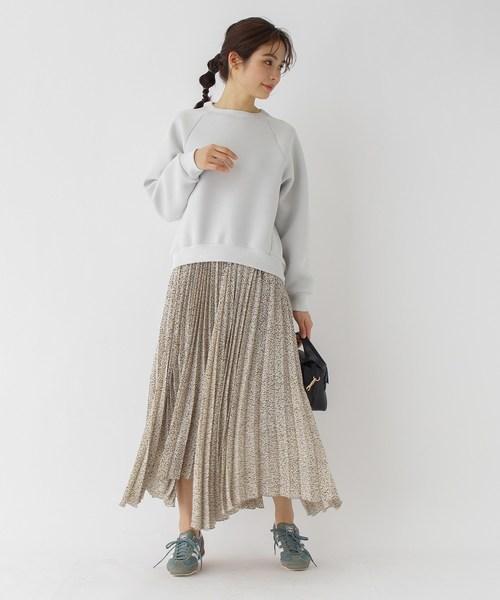 スウェット×プリーツスカートの11月コーデ