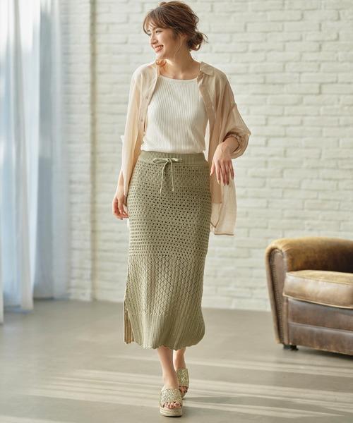 シアーシャツ×ニットスカートの服装