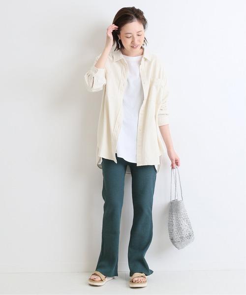 緑カラーパンツ×白シャツのレディース春コーデ