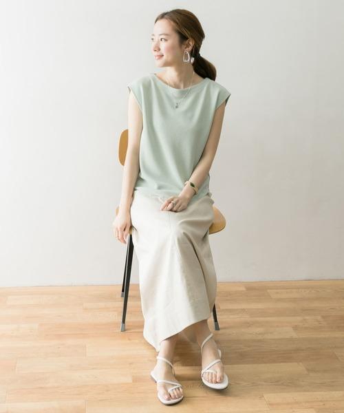 緑Tシャツ+ベージュスカートの夏コーデ