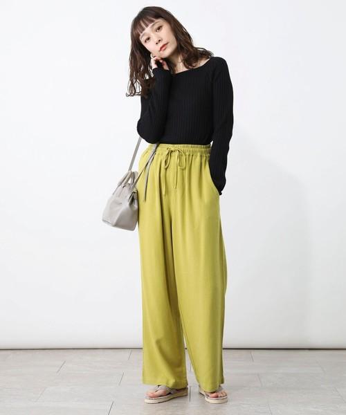 黄緑カラーパンツ×黒トップスの春コーデ
