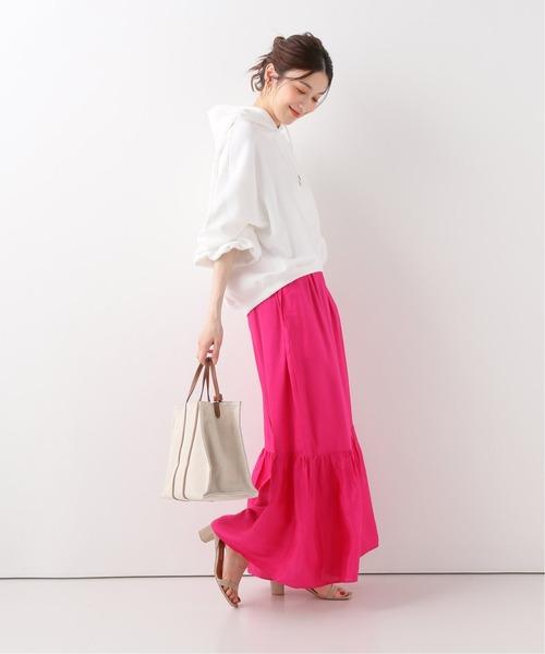 ピンクカラーパンツ×白トップスの夏コーデ