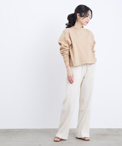 ロングスリーブT×ホワイト系パンツ