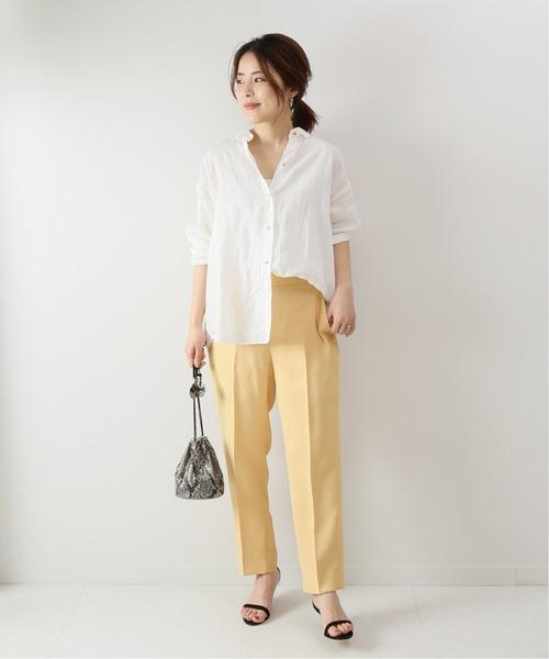 黄色カラーパンツ×白シャツの夏コーデ