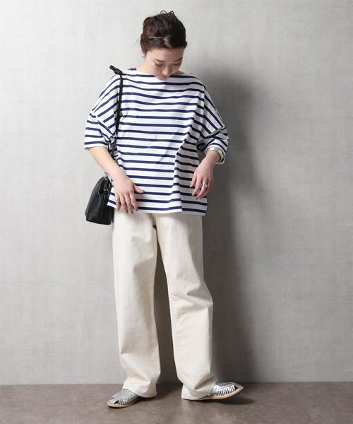 紺ボーダーT×白パンツのレディース秋コーデ
