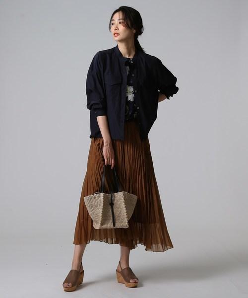 シャツジャケット×スカートの服装