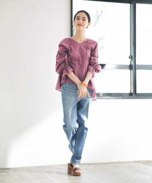 紫ピンクトップス×ストレートデニムコーデ