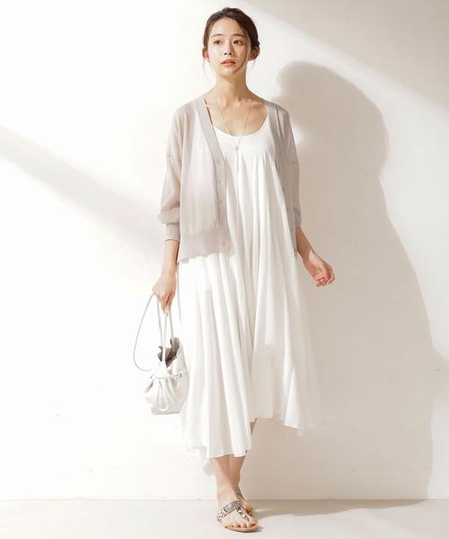 シアーニット×白ワンピの服装