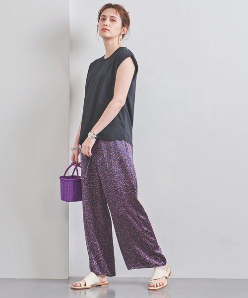 紫カラーパンツ×黒ノースリーブTの夏コーデ